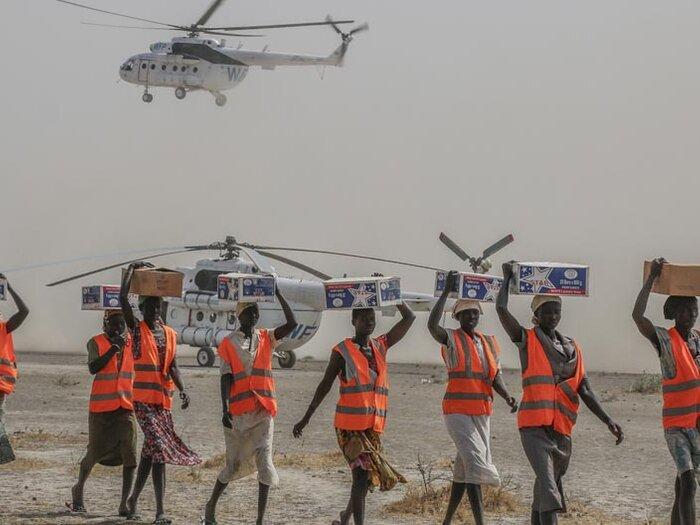 personnel transportant des colis d'assistance