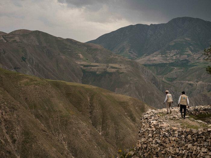 Deux employés du PAM marchent dans la montagne