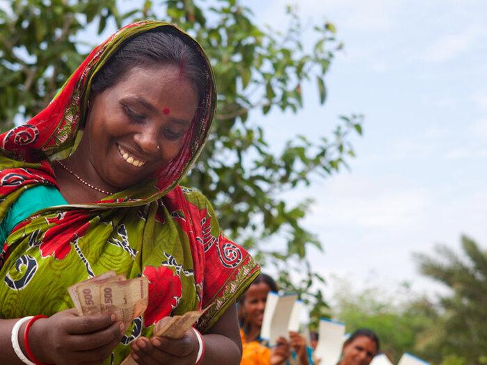 femme comptant de l'argent