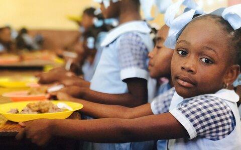 Des repas scolaires préparés avec 100 % de produits locaux, c'est possible en Haïti