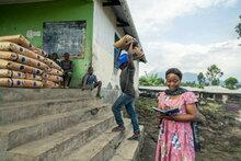 Le PAM fournit de la nourriture à des milliers de personnes déplacées de Goma après l'éruption du volcan